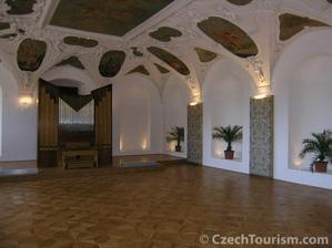 ...v tomto sále, který je nyní krásně opravený :)