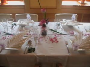 krásná dekorace na stůl v restauraci, kde budeme mít hostinu. Miluju ty jejich hranaté talíře :)