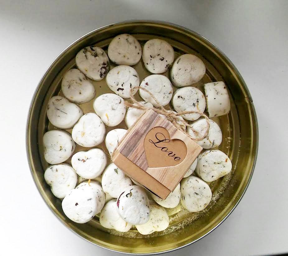 Dárečky pro hosty - home made levandulová šumivá srdíčka do koupele. Každá z žen dostane 2 kousky v krásné papírové krabičce
