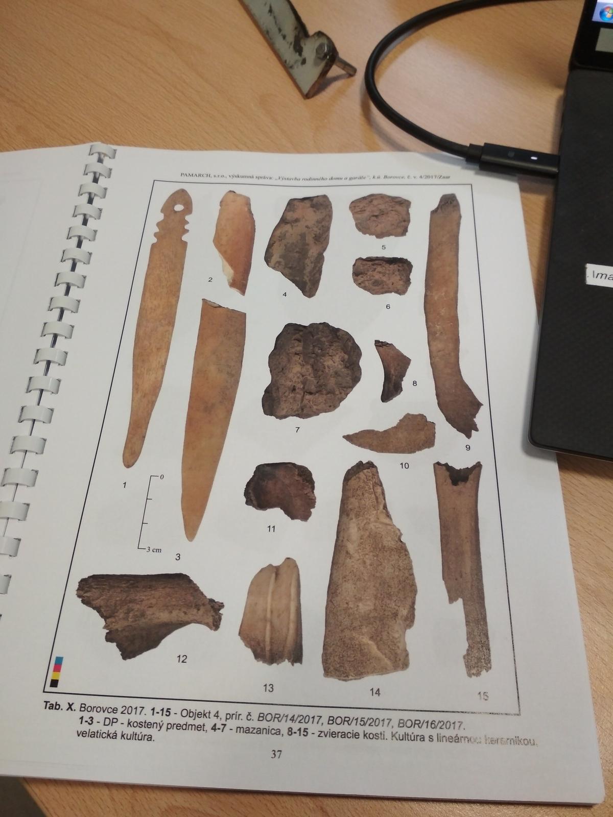 Moje trápenie 16x10 - Už mám arch.správu , pod domom budem mať 7000 rokov staré sídla, ale našiel sa aj gombík ČS  armady 1920. Celkovo sa našlo pri výkopoch 202 arch. nálezov.