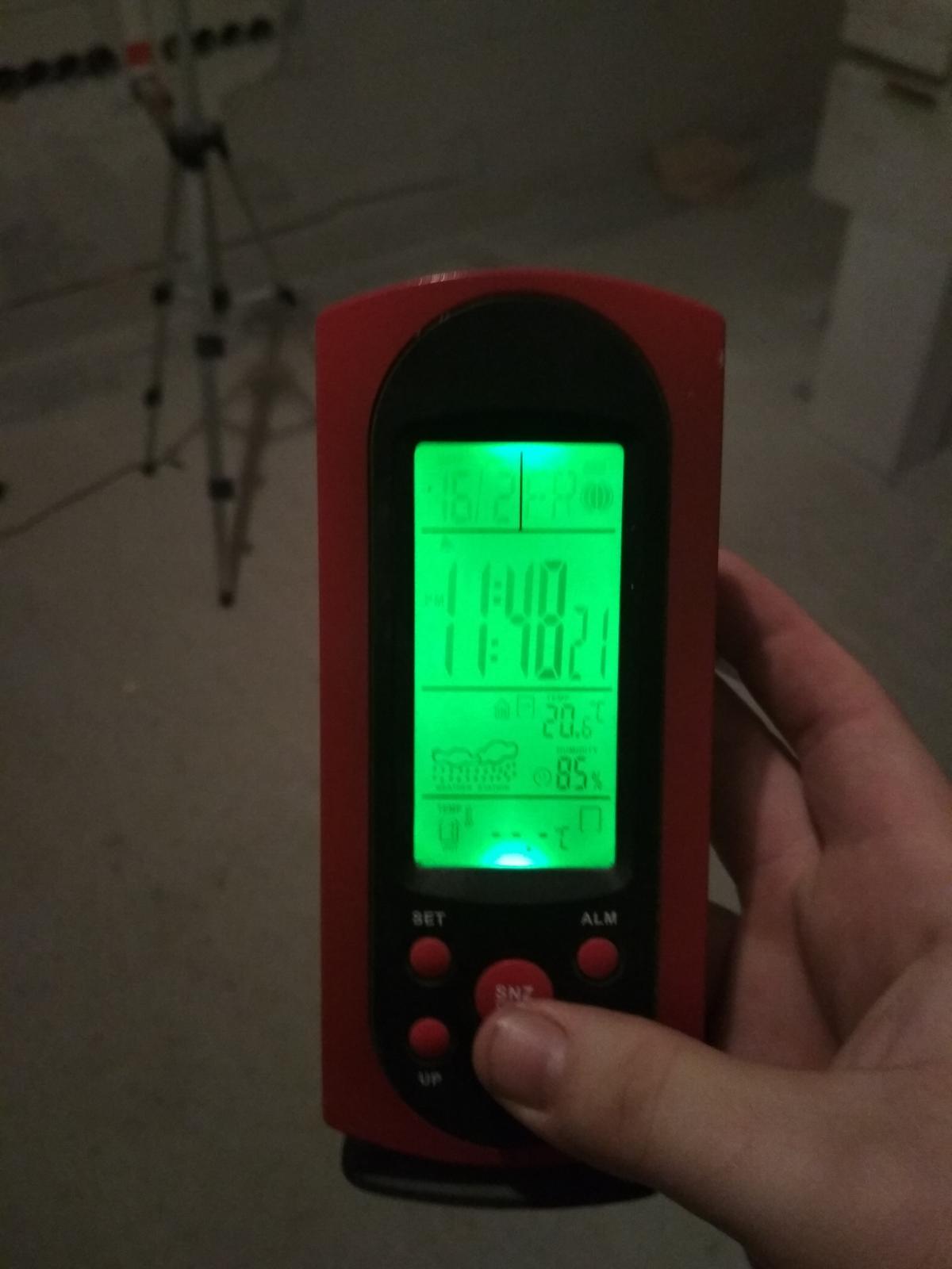 """Moje trápenie 16x10 - V strope zatiaľ len 20 CM vaty a zatienené """"okná"""" a mne je tam stále zima 😂"""