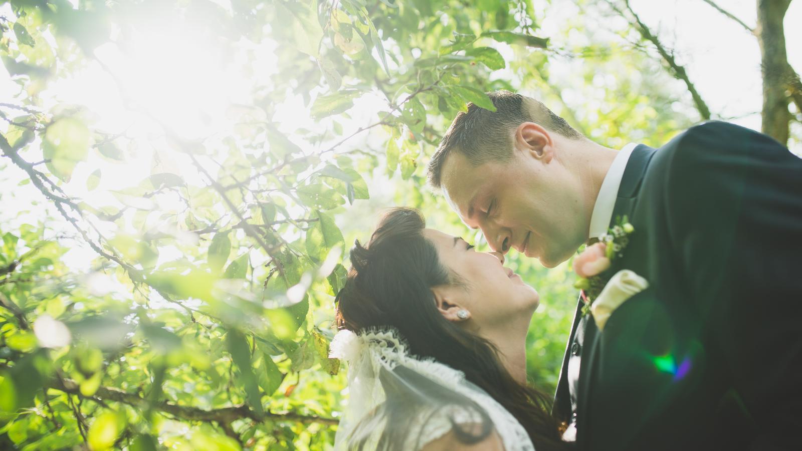 Rebecca + Marcel - Součástí resortu je i parádní jablečný sad. Hezky se v něm fotí. :-)
