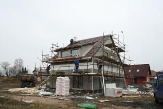 Pátý den - dodělává se střecha, zakrývá se polystyrenem spoj mezi přízemím a podkrovím