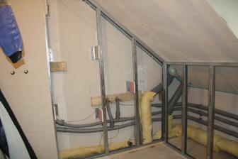 Instalační předstěna v koupelně v podkroví