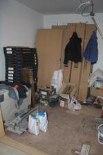 V kuchyni už je vymalováno, je položená podlaha a přivezli dveře