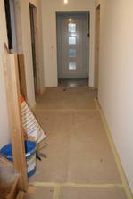 Položená podlaha v chodbě - zatím přikrytá kartony