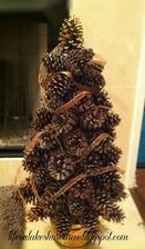 Stromek ze šišek na chodbu