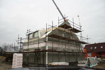 Druhý den stavby - hned poránu dodělané štíty