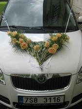 krásná kytka na autě nevěsty