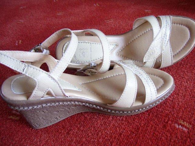 Šaty, boty atakdále :) - Tak tyto botky jsem si koupila za 530 Kč :) Jsou úžasně pohodlné a budu je moct využít i na normální nošení.