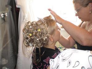 Ranní přípravy , zrovna se o nějakou podobu pokouší Ivanka profi kosmetička