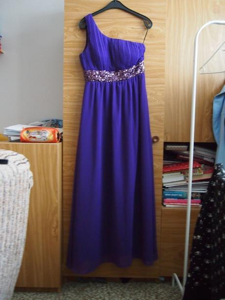 Dokonalé fialové dlouhé šaty na jedno rameno - Obrázek č. 1