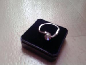 ...zásnubní prstýnek...