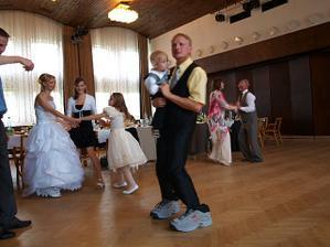 ženich musel tančit v mega botaskách a ještě byly obě levé :-D
