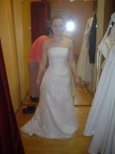 Salon Potěšení 79 - šaty č. 3 (ty byly moc hezké, ale byly bílé a ta mi moc nesluší)
