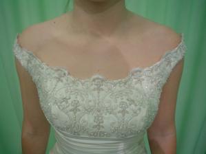 Andělské svatební studio - vítězné šaty Daga (detail dekoltu)