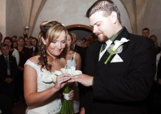 ... a nevěsta ženichovi.