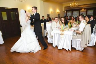 Náš poctivo naučený prvý manželský valčík, tanečná škola robí svoje, najmä s mojím manželom