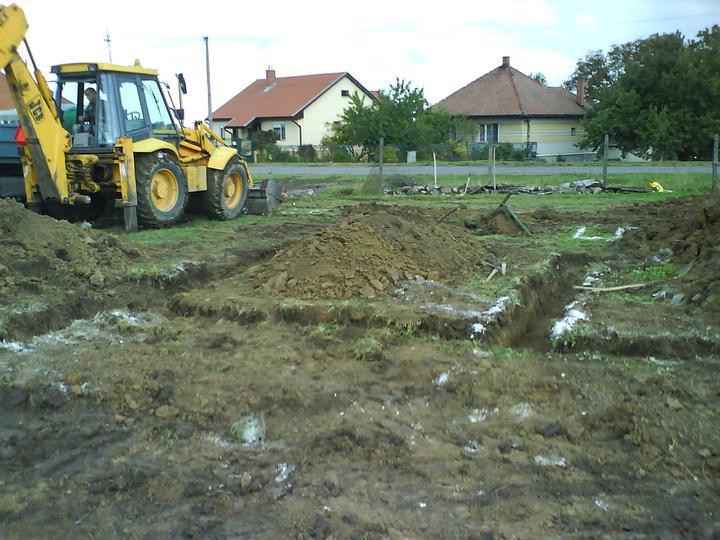 Náš budúci domček - bungalow 5 - kopanie základov
