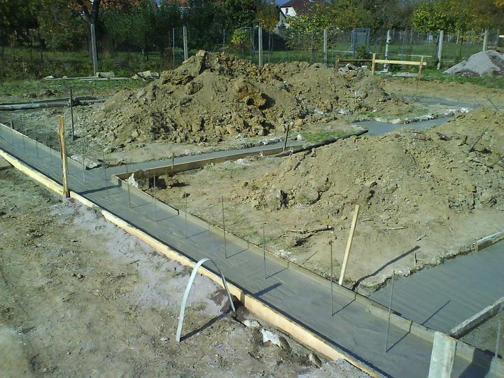 Náš budúci domček - bungalow 5 - betónovanie základov