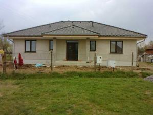 náš domček už aj s podbitím strechy :-)