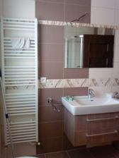 kúpeľňa už aj s doplnkami - ešte nainštalovať svetlo
