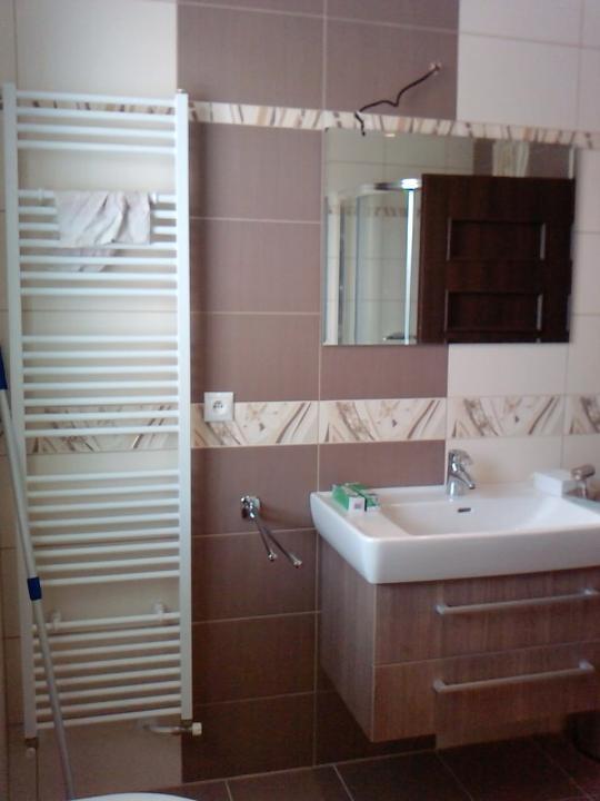 Náš budúci domček - bungalow 5 - kúpeľňa už aj s doplnkami - ešte nainštalovať svetlo