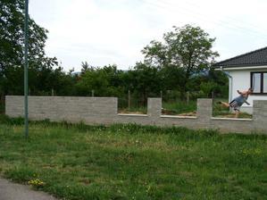plot hotový - ešte striešky a kované výplne