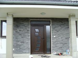 vchodové dvere obložené - ešte obložiť sokel a stlpy