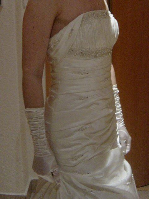 Náš deň D - 13.11.2010 - Moje šatky - Pronovias Roble - Ivory, len som sa vzhľadom k termínu vzdala vlečky.. Sú nádherné..