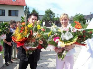 Manželova sesternica s priateľom a kvetmi, ktoré sme dostali. Co poviete, krásne, ze_ :-)