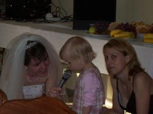 Naša malá neterka nám spieva Elán, bola taká zlatá :-))