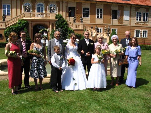 Společná fotka rodiny a přátel ženicha.