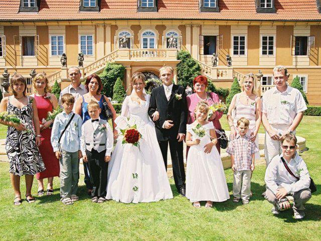 Společná fotka rodiny a přátel nevěsty.