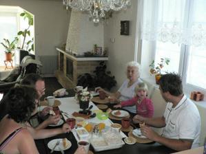 snídaně s manželovou rodinou