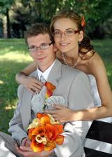 Manžel sedí na lavičke a ja ho objímam zozadu