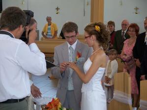 Výmena svadobných obrúčiek, myslela som si, že sa nám budú triasť ruky, ale zvládli sme to.