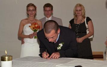 Tak a ešte podpisy svedkov, nevestina sestra Blanka a ženíchov bratrance Ondřej