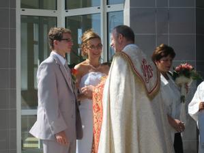 Gratulácia a prianie veľa lásky do života z úst pána dekana Hlaváčika.