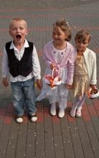 Naše malé družičky, zprava Veronika a Emka a malý čertík Adamko :-)