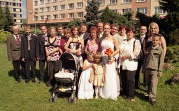 Tak tu sme celá naša najbližšia rodinka pred Hotelom Luna v Žiari nad Hronom, len to slničko nám svietilo veľmi do očí a trochu sme sa mraili :-)