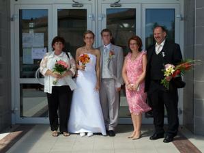 Spoločná fotografia naších rodičov, zľava nevestina mamička Blanka a zprava ženíchov otec Pavel a mamička Jindruška.