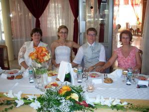Mladomanželia v strede a ich mamičky :-)