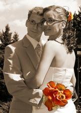 Krásne objatie nevesty a ženícha.