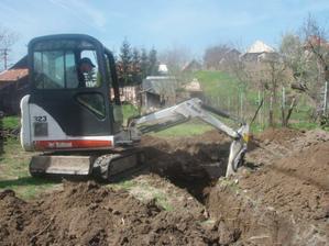 April- začali sme kopať.... bágrista Peťo síce s barlami, ale nemalo to vplyv na kopanie :-)