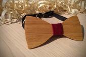 Pánsky drevený motýlik v bordovej,