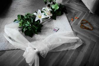 Výroba kytice na nevěstino auto...