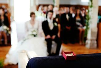 Zapomněli jsme misku pod prstýnky... z toho je názorně vidět, že svatba jde i bez téhle věci :-)