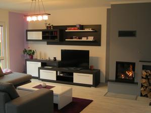 Obývací pokoj, krb dodělán firmou, podlaha dodělána firmou (lino). Obývák je prostorný a nejsvětlejší místo v celém domě.