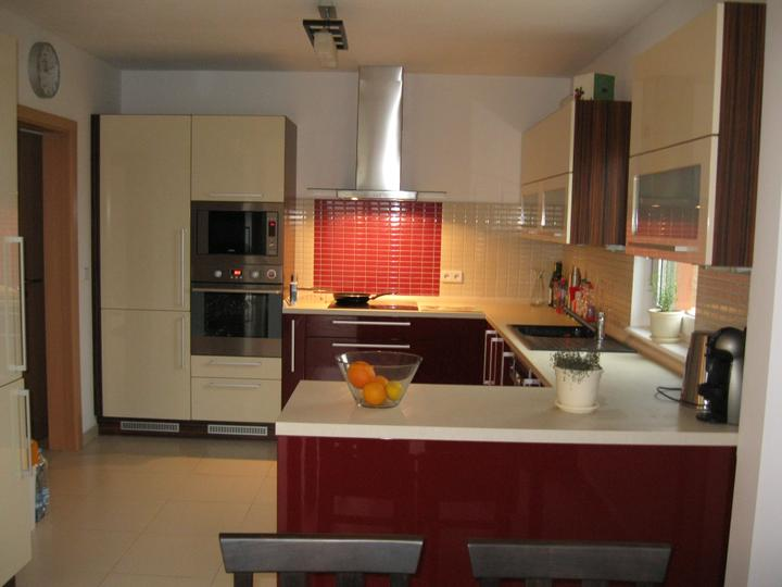 RD Rýmařov Nova 101 se zádveřím, rok výstavby 2011 - Kuchyně - pohled z obýváku, je od firmy Lamont